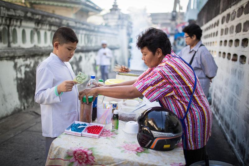 เช่นเดียวกับสถาบันกวดวิชาสำหรับเด็กทั่วไป ที่จะมีร้านค้า ร้านอาหาร ขนมเด็กวางแผงเรียงรายอยู่ทั่วไป โดยร้านค้าบางร้านก็มาจากที่อื่น เพื่อมาขายเด็กที่นี้โดยเฉพาะ ในช่วงวันหยุด เสาร์-อาทิตย์