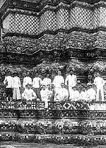 ข้าราชการ และเจ้าหน้าที่เวรแบบอย่าง กระทรวงโยธาธิการ ที่วันพระเชตุพน ในราวต้นศตวรรษที่ ๒๐ (ภาพ : เอเลนา ตามานโญ)