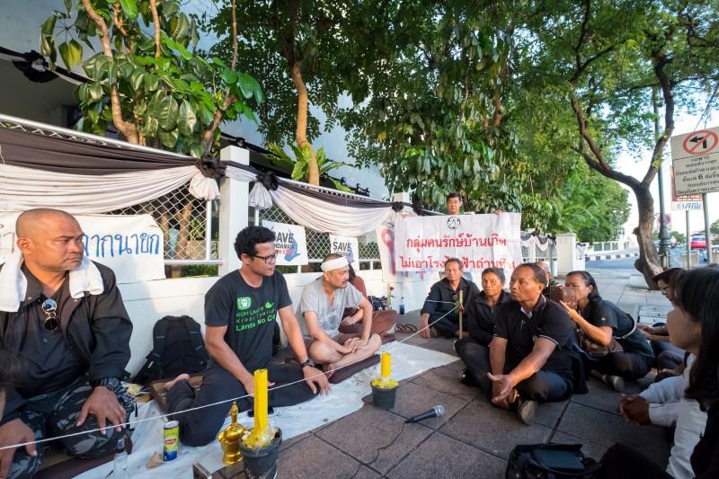 กลุ่มคนรักษ์บ้านเกิดจากหลายจังหวัดเดินทางมาให้กำลังใจ ร่วมแลกเปลี่ยนเรื่องโรงไฟฟ้าถ่านหิน (ภาพ : ญาตา สิมะวัฒนะ)