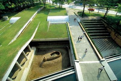 พิพิธภัณฑสถานเครื่องถ้วยฯ มุดลงดินแนวถวิลธรรมชาติ