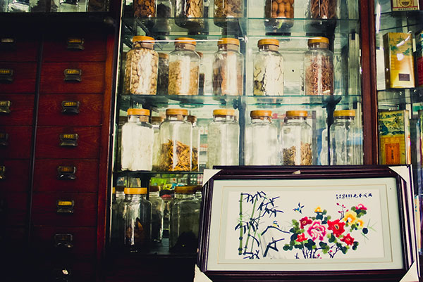 โหลยาจีนตั้งใชว์ในร้านเต๊กแซ่ซึง