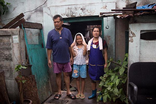 ภาพครอบครัวของมนจากประตูบ้านที่เป็นทางเข้าออกเดียวของผู้เช่าอาศัยทุกคนในบ้านจีนหลังนี้ มนจะขายอาหารข้างในห้องเช่าของตัวเอง มีลูกสาวเป็นลูกมือและลูกค้าเป็นชาวบ้านในระแวกนั้น สามีของมนทำอาชีพขับรถขยะ