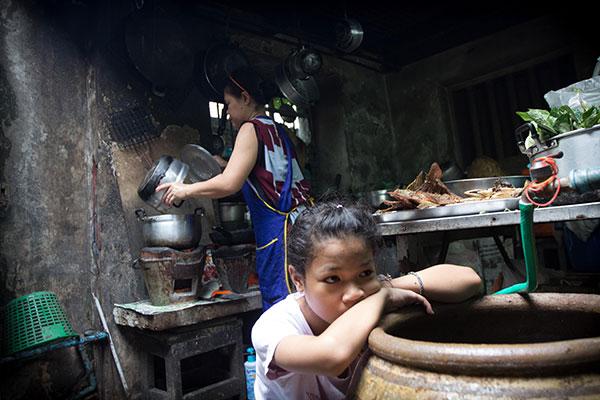 ลูกสาวคนเล็กของมนจะนั่งรอบริเวณที่มนขายอาหารทุกวันเผื่อว่าแม่จะเรียนใช้อะไร