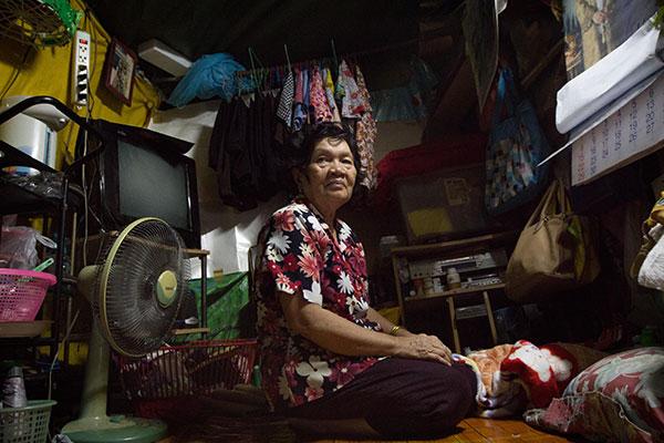คุณยายสุดทีเพื่อนบ้านของมน ที่อาศัยอยู่คนเดียวในห้องเช่าราคา 1,000 บาทต่อเดือน เธอเล่าว่าเจ้าของบ้านไม่เคยมาดูแลบ้านเช่าเลยทำให้เธอต้องนำแผ่นพลาสติกมาทำเป็นผนังบ้าน ส่วนไหนพังก็ซ่อมเอง และหลังคาบ้านทำจากผ้าใบ เวลาที่ฝนตกน้ำรั่วก็ต้องทนเพราะค่าเช่าถูกดี