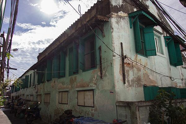 บ้านของมนและยายสุดทีจากภายนอก จะเห็นได้ว่ามีห้องเช่าจำนวนมากภายในบ้านจีนหลังนี้