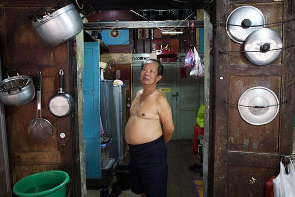ลุงสง่าที่อาศัยในบ้านจีนเป็นรุ่นที่สาม ซึ่งปัจจุบันมอบให้มูลนิธิแล้ว ภายในบ้านยังคงเก็บรักษาโครงสร้าง อาทิ ประตู บันได หน้าต่างที่เป็นไม้สักเอาไว้อย่างดี