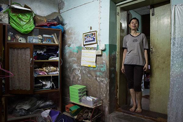 รัตน์อาศัยอยู่บนชั้นสองของบ้านเช่าที่ติดถนน เธออาศัยอยู่กับแม่และพี่น้อง บ้านของเธอมีเจ้าของคนเดียวกับบ้านของมน เธอเล่าว่าได้ทาสีต่อเติมบ้านไปมากตลอดเวลาที่เช่ามาสามสิบกว่าปี