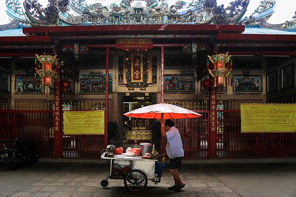รถเข็นหมูสะเต๊ะรถเข็น เข็นขายบริเวณศาลเจ้าโจวซือกง ซึ่งเป็นศาลเจ้าเก่าแก่ เป็นสถานที่ ที่ชาวไทยเชื่อสายจีน ให้ความเคารพ และศรัทธา ทั้งยังเป็นสถานที่ยึดเหนี่ยวจิตใจของผู้คนในชุมชนตลาดน้อย ในเวลาที่มีผู้คนมากราบไหว้ รถเข็นขายของเหล่านี้ก็จะมีรายได้จากคนมาไหว้เจ้านั่นเอง
