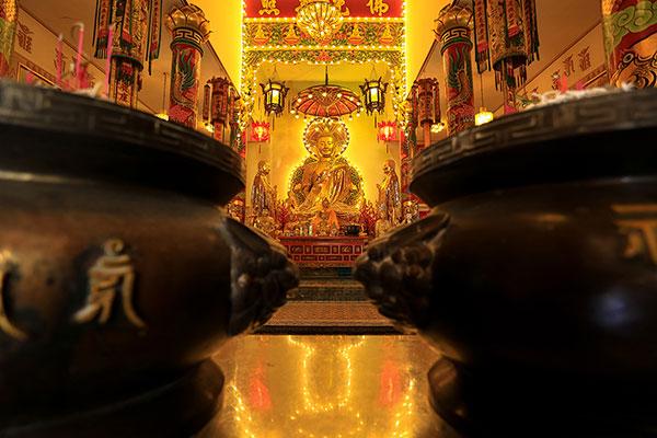 พระประธาน ภายในโบสถ์ ของวัดญวน ที่ทองอร่ามตา แสดงให้เห็นถึงศิลปะที่งดงามของชาวญวน แต่ในปัจจุบันในตลาดน้อย ไม่มีชาวญวนอาศัยอยู่แล้ว