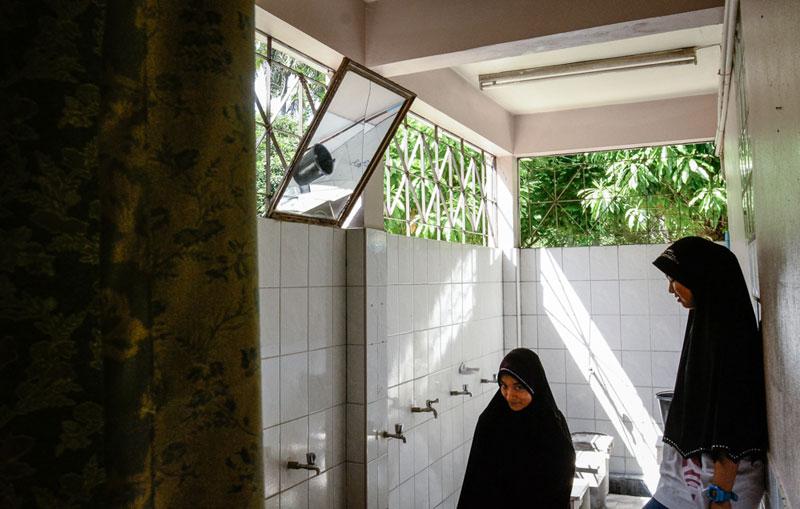บี และ ซะกี ในห้องล้างตัวของผู้หญิง โดยก่อนการละหมาดในแต่ละครั้งจะต้องทำการล้างตัวก่อน ผู้ละหมาดจึงจะสะอาดทั้งกายและใจ