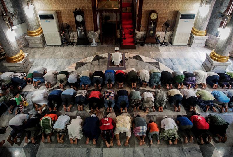 ชาวมุสลิมในชุมชนมาร่วมการทำพิธีละหมาดอย่างพร้อมเพรียงกัน