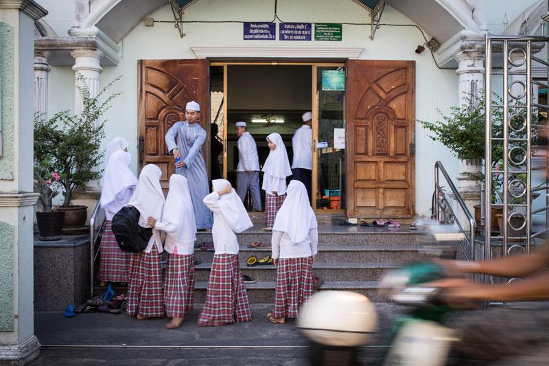 ท่ามกลางวุ่นวายบริเวณหน้ามัสยิดต้นสน ครูอามีน วงสวรรค์ กำลังเปิดกระป๋องน้ำอัดลมให้แก่นักเรียนที่เป็นเจ้าของ โดยหวังว่าจะทำให้นักเรียนรีบเข้าเรียนในมัสยิดโดยไว