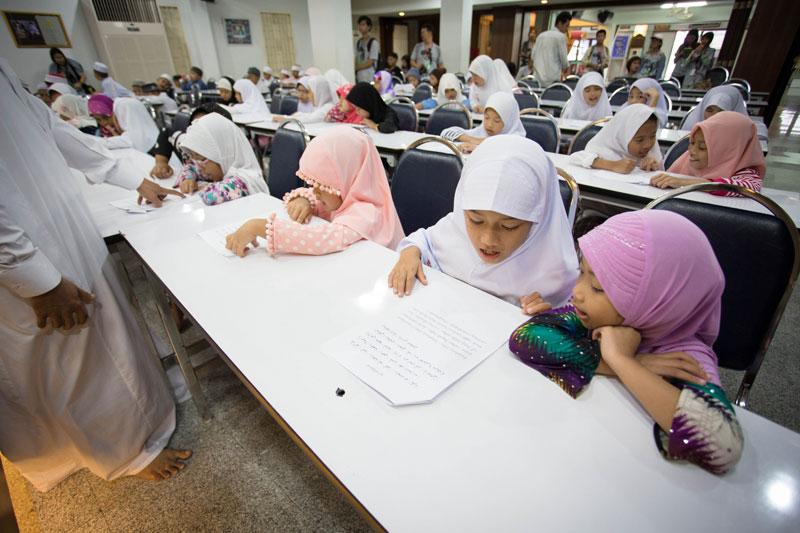 เด็กจะได้รับการสอนให้อ่านบทสวดในคำภีร์อัลกุรอาน โดยจะมีทั้งคำภาษาอาหรับและคำแปลภาษาไทยให้อ่านควบคู่กันไป โดยแต่ละบทสวดที่สอนก็จะแบ่งออกตามความยากง่ายและระดับความรู้ของเด็ก ว่ากันว่าเด็กบางคนซ้ำชั้นถึง 2 ปีเลยทีเดียว