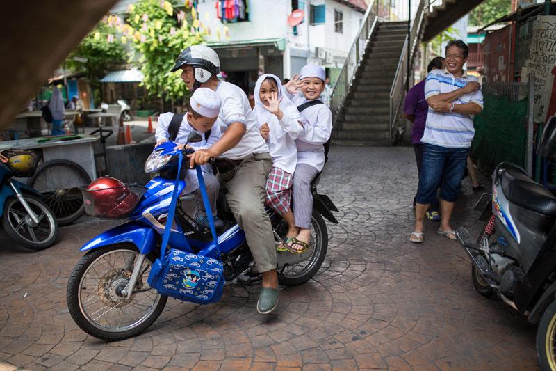 หลังจากที่จบการเรียนการสอนผู้ปกครองต่างมารอรับกันอย่างไม่ขาดสาย ที่จอดรถเต็มไปด้วยจักรยานยนตร์มากมาย เด็กหลายคนโบกลาเพื่อนร่วมชั้นก่อนกลับบ้าน ก่อนที่จะแยกย้ายและมาเรียนใหม่ในสัปดาห์ถัดไป
