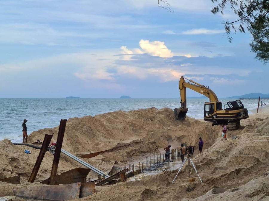 เสาเข็มต้นแรกถูกปักลงไปในชายหาดม่วงงามเพื่อเตรียมการสร้างกำแพงกันคลื่น