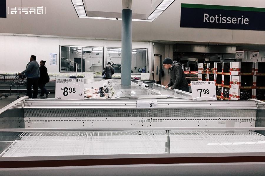 ชั้นในซุปเปอร์มาร์เก็ตเกลี้ยงว่าง ช่วงคนกักตุนอาหารในสถานการณ์โควิต