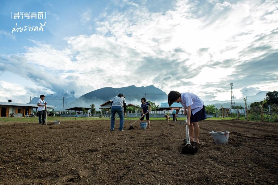 """แก๊งละอ่อน """"ถิ่นนิยม"""" ช่วยกันเก็บตัวอย่างดินในพื้นที่เพื่อนำมาตรวจหาธาตุอาหาร ก่อนจะทำการเพาะปลูก"""