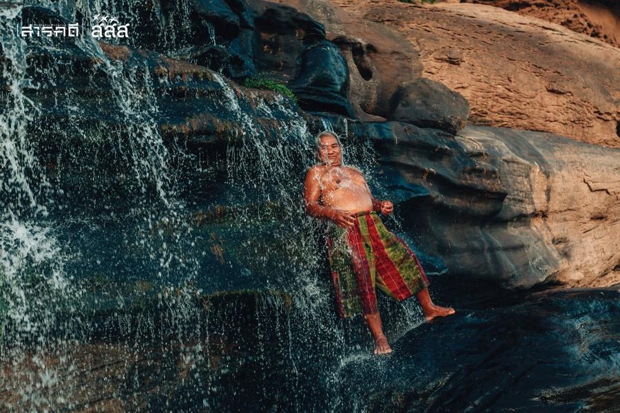 """พ่อใหญ่หมอนอาบน้ำที่น้ำตกถ้ำเต่าในเขตประเทศเพื่อนบ้าน ฝั่งตรงข้าม """"ถ้ำพ่อใหญ่หมอน"""""""