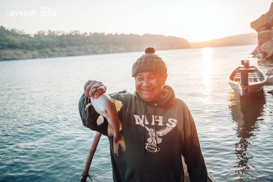 """""""พ่อใหญ่หมอน"""" วัย ๖๘ ปี ผู้ตัดสินใจมาใช้ชีวิตริมแม่น้ำโขง ธรรมชาติคงจะเป็นคำตอบที่ดีที่สุดสำหรับเขา ผู้หลงรักความสงบและเรียบง่าย"""