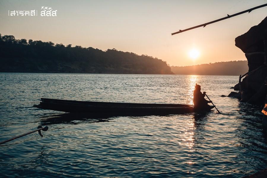 เมื่ออรุณเบิกฟ้าจะได้ยินเสียงไม้พายกระทบสายน้ำเบาๆ ใช่แล้วล่ะมันคือเวลาออกหาปลานั่นเอง พ่อใหญ่หมอนจับปลาพร้อมรอยยิ้มอันสดใสต้อนรับยามเช้า สัมผัสได้ถึงความสุขของการใช้ชีวิตแบบเรียบง่าย