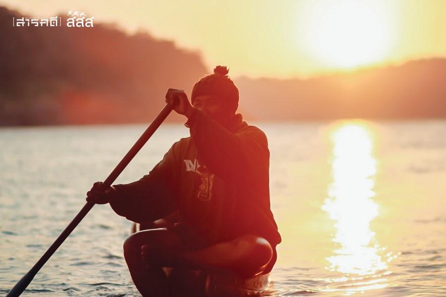 แดดอ่อนๆ สะท้อนผืนน้ำเบื้องหลังของชายชรา แม้มันจะเกิดขึ้นและจบลงคล้ายๆ กันทุกวัน แต่แสงเช้าของวันยังให้ความหวังกับผู้คนได้เสมอ