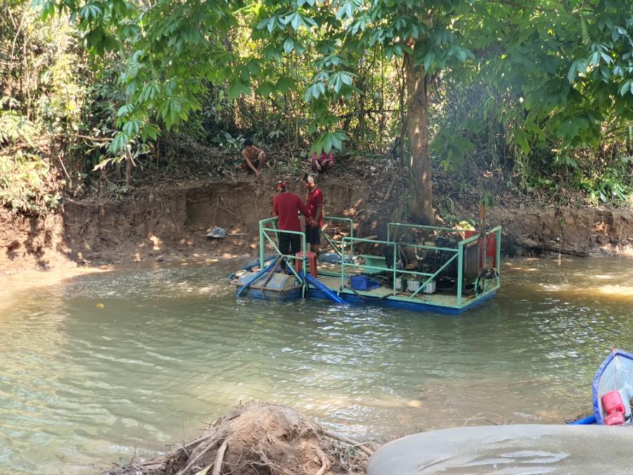 ขั้นตอนการดูดตะกอนปนเปื้อนตะกั่วขึ้นมาจากใต้ท้องน้ำ (ภาพ : ผศ.ดร.ธนพล เพ็ญรัตน์)