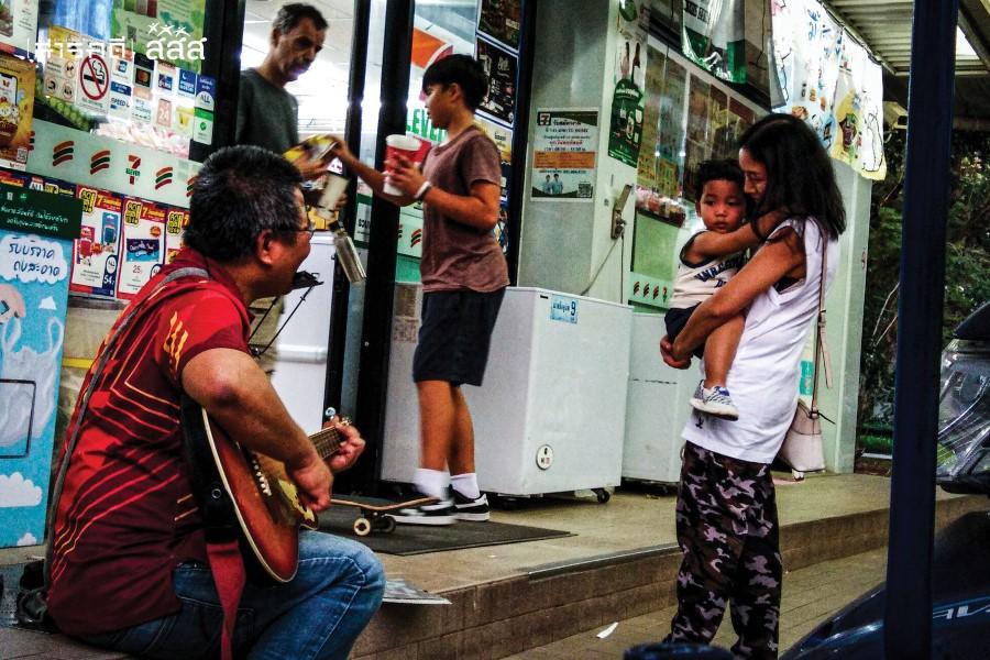 แม่พาลูกเดินผ่านไปแล้ว แต่ต้องย้อนกลับมาใหม่ เพราะดนตรีดึงดูดความสนใจของเด็กไว้