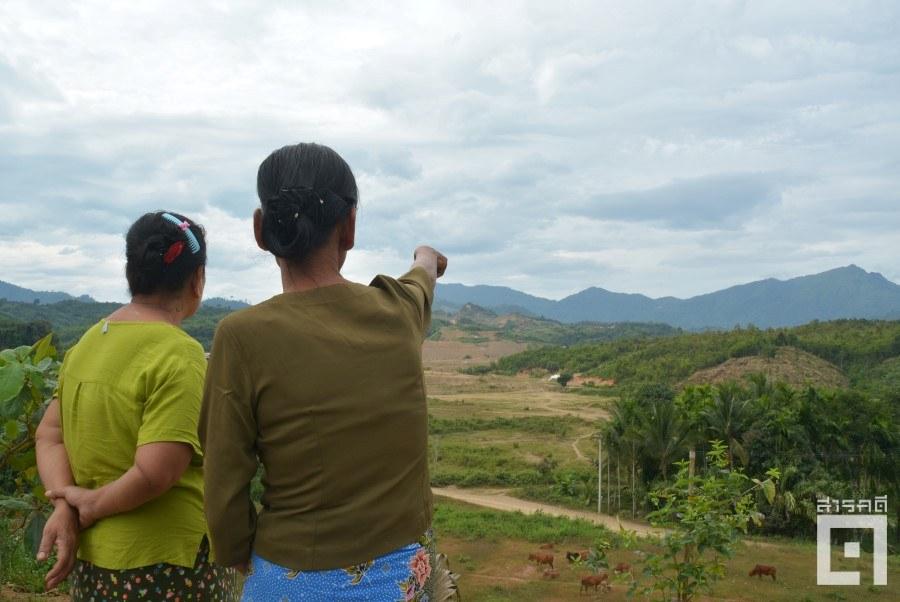 ชาวบ้านชี้ไปยังเหมืองเฮงดาซึ่งตั้งอยู่ห่างจากหมู่บ้านเมียวพิวเพียง ๒ กิโลเมตร (ภาพ : ฐิติพันธ์ พัฒนมงคล)