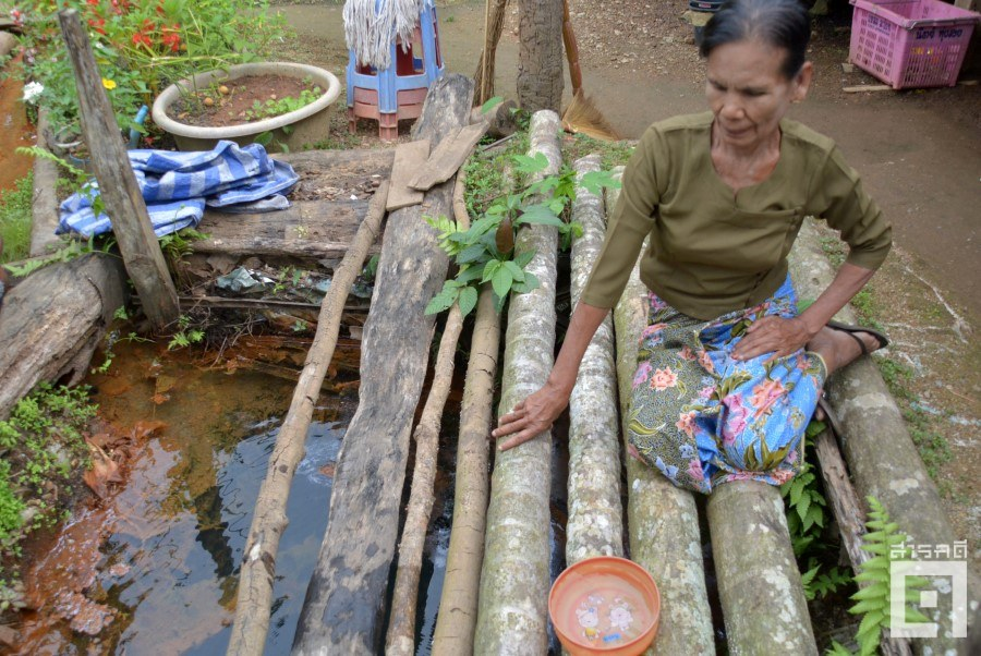 ชาวบ้านเคยใช้น้ำจากแม่น้ำต้องเปลี่ยนมาใช้น้ำจากภูเขาและน้ำใต้ดิน ต่อมายังพบว่าน้ำในบ่อหลายแห่งมีสีขุ่นออกแดงหรือส้ม (ภาพ : ฐิติพันธ์ พัฒนมงคล)
