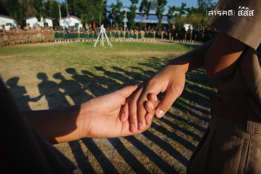 ความสุขก่อนร่ำลา / เหล่าลูกเสือเนตรนารีจับมือร่วมร้องเพลงสามัคคีชุมนุมร่ำลากันก่อนปิดค่าย