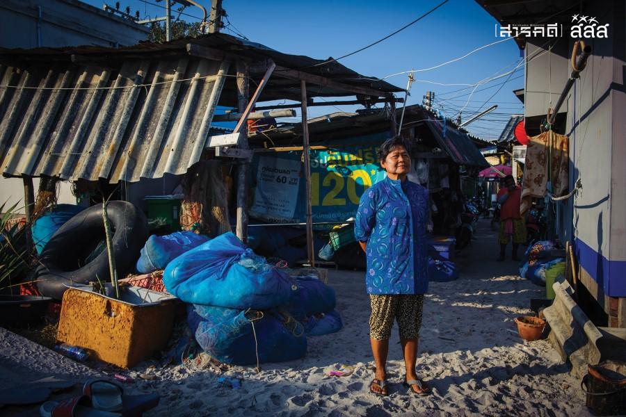 ความสุขระหว่างรอ / ชาวบ้านออกมายืนรับลมระหว่างรอครอบครัวกลับจากออกทะเล