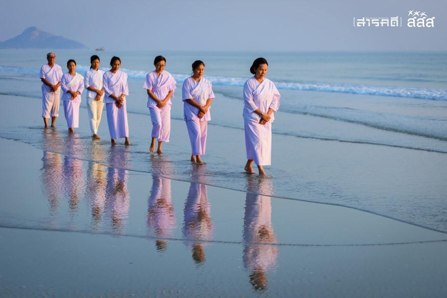 ความสุขจากใจ / เดินจงกลมริมชายหาดทำให้จิตใจสงบยังได้สูดอากาศบริสุทธิ์และเป็นการนวดเท้าจากทรายได้อีกทาง