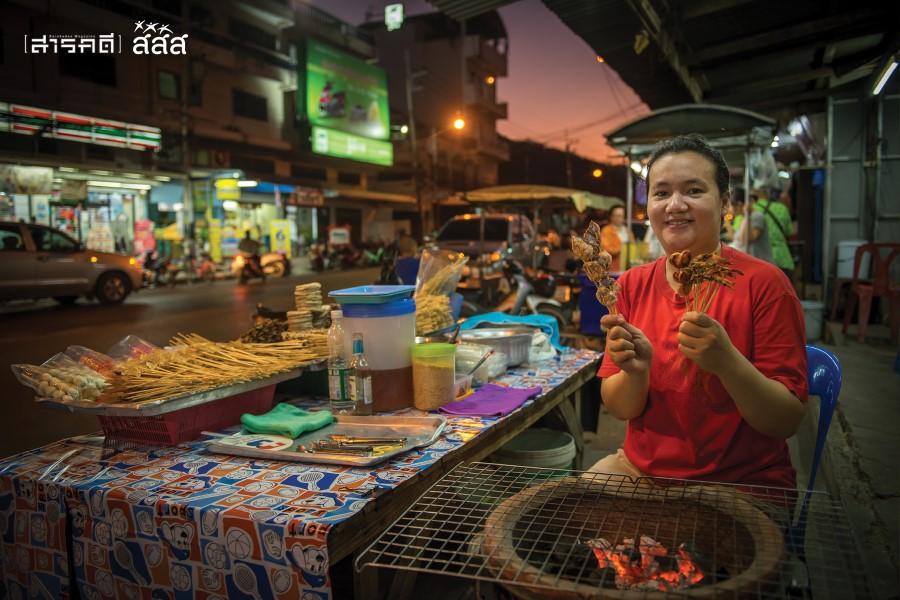 มวลความสุขโดยรวม / ร้านหอยเสียบจิ้มมะละกอ อาหารท้องถิ่นหัวหินใต้ต้นก้ามปูบนถนนชมสินธุ์
