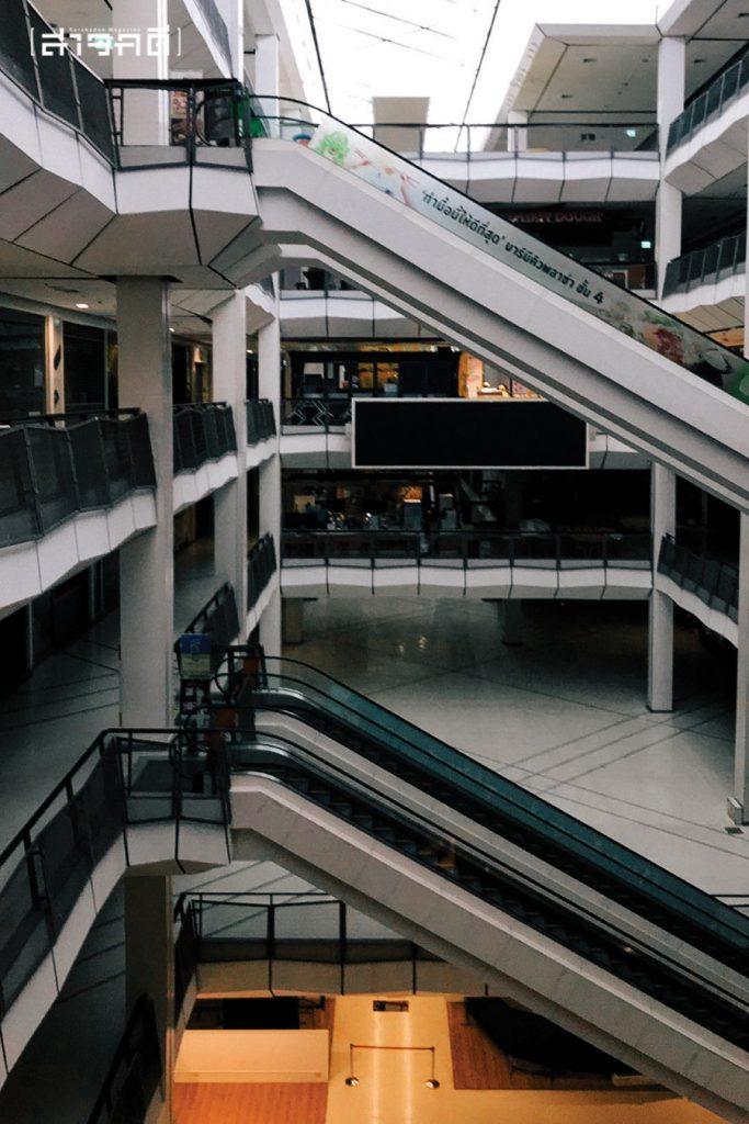 ห้างสรรพสินค้าที่เปิดเพียงธนาคารและร้านเครือข่ายมือถือ เงียบเชียบจนน่าใจหาย
