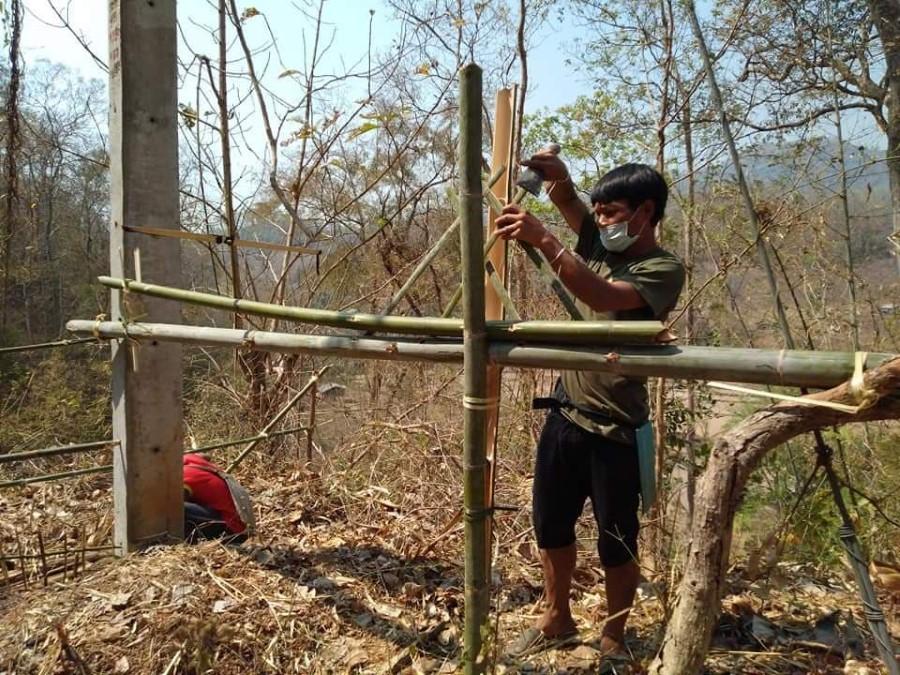 หลังทำพิธีในชุมชน ตัวแทนชาวบ้านจะแยกย้ายกันนำตระกร้าสานบรรจุเครื่องเซ่นไปวางไว้ตรงทางเข้าออกด้านทิศตะวันออกและตะวันตกของชุมชน  แล้วสร้างแนวรั้วไม้ไผ่กั้นถนน ติดประกาศปิดชุมชนเป็นการชั่วคราว (ภาพ : ชาวบ้านสบแม่คะ)