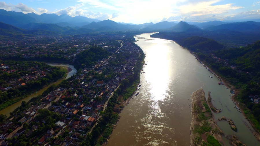 เมืองหลวงพระบาง ตั้งอยู่ริมฝั่งแม่น้ำโขง เขื่อนหลวงพระบางจะอยู่ห่างจากบริเวณนี้ขึ้นไปทางเหนือประมาณ ๒๕ กิโลเมตร บริเวณบ้านห้วยย้อ (หรือห้วยโง) เมืองจอมเพ็ด แขวงหลวงพระบาง (ภาพ : องค์กรแม่น้ำนานาชาติ)