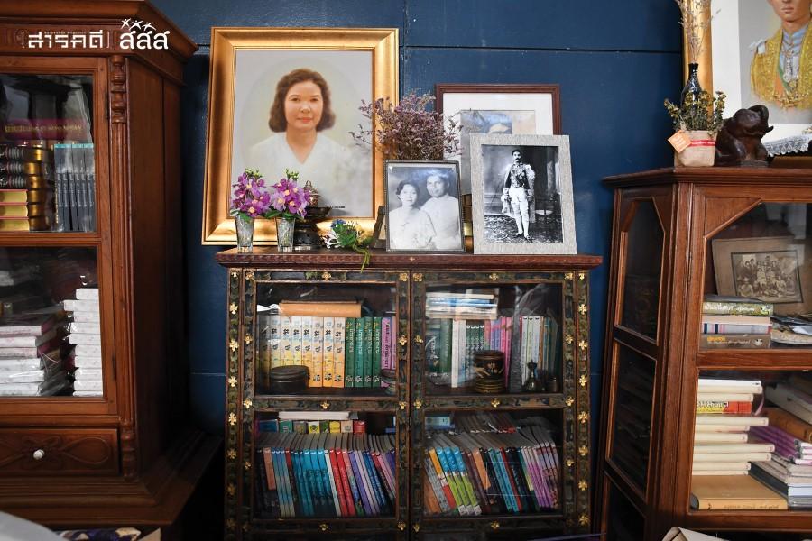 ตู้เก็บหนังสือเพื่อเป็นตัวอย่าง ภาพผู้หญิงในรูปคืออาจารย์ผกาวดี อุตตโมทย์ หุ้นส่วนสำนักพิมพ์ผีเสื้อในการก่อตั้งครั้งแรก