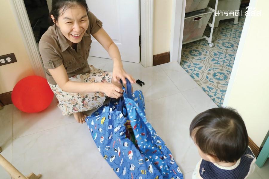 เสื่อกระเป๋าใส่ของเล่น แม่ชิโอริออกแบบเอง ทำให้เด็กๆ สามารถเล่นของเล่นได้ทุกที่ทั้งในบ้านและนอกบ้าน
