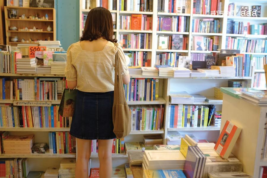 ลูกค้าภายในร้านที่ชวนให้ฉงนว่ากำลังเลือกหรือดูหนังสือเรื่องอะไรอยู่ เสน่ห์ของการจัดวางของร้านเล่าคือแยกบางประเภท ปนบางประเภท ต้องไล่สายตาและหาดู