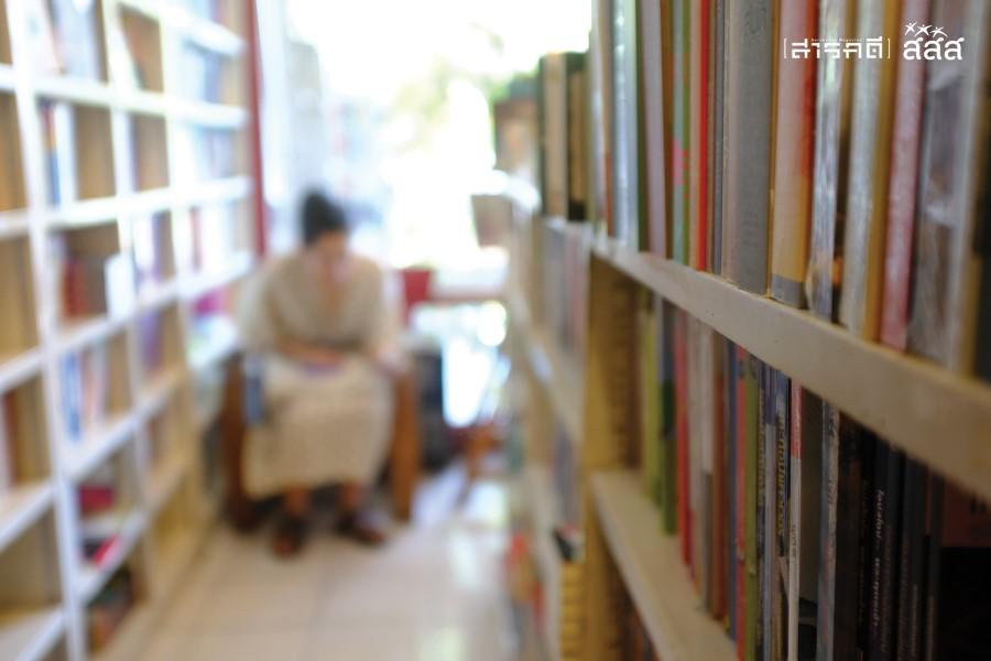 ร้านเล็ก ที่เล็กถึงเล็กมาก เดินสวนกันแทบไม่ได้ แค่เบี่ยงหรือขยับตัวก็อาจสะกิดหนังสือสักเล่มให้ตกจากชั้น