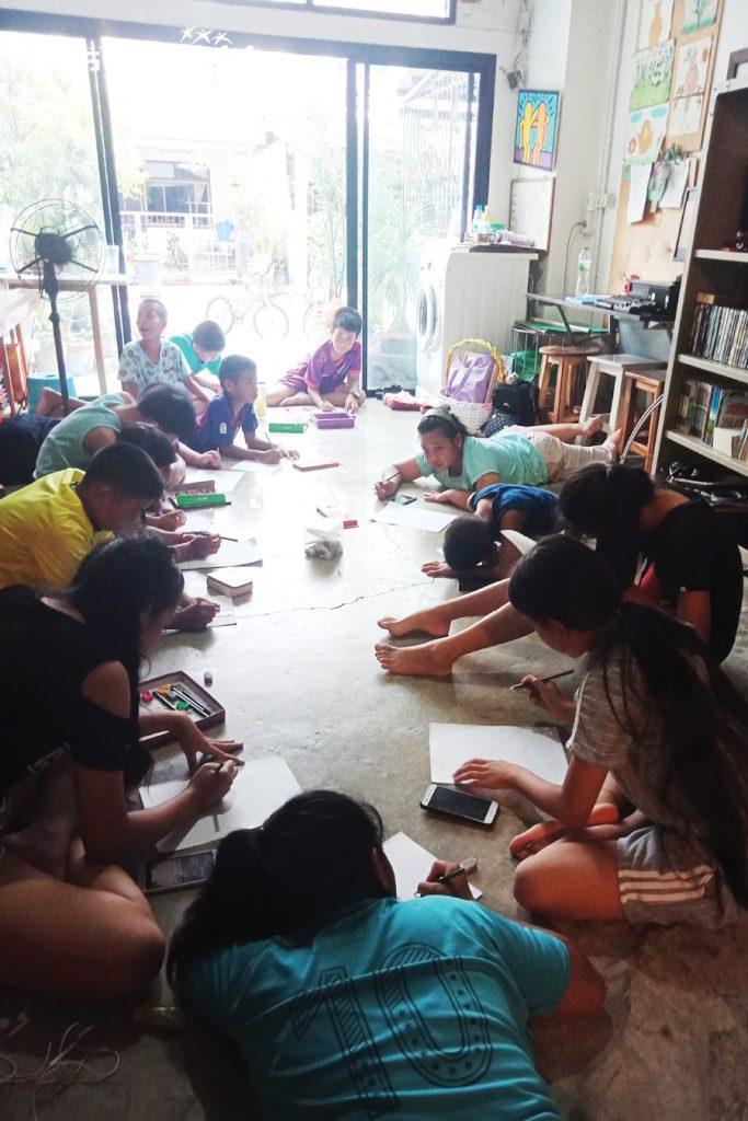 เรียนรู้ด้วยการสอนและแบ่งปันให้กับน้องๆ ในชุมชน..ด้วยศิลปะที่เรารัก