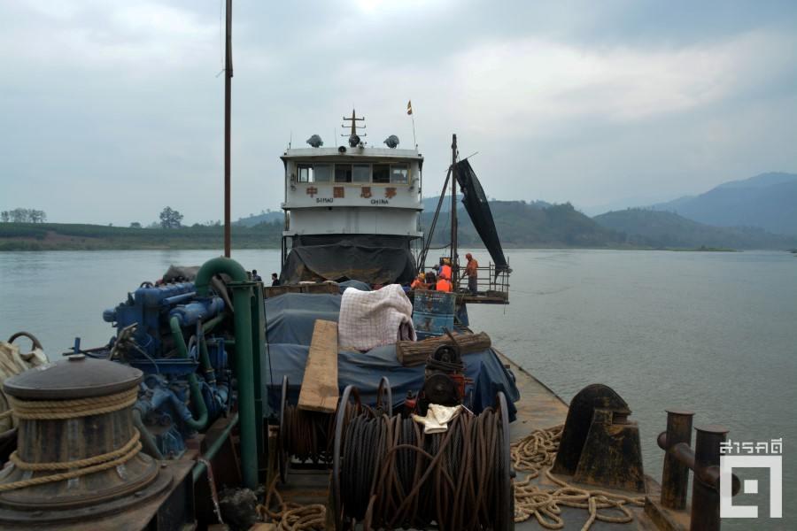 หนึ่งในเรือสำรวจจากจีนจำนวน ๓ ลำ ได้แก่ เจียฟู่ ๓ ชวีตง ๙ และเซิ่นไท้ ๑๙๘ ออกสำรวจแม่น้ำโขงบริเวณพรมแดนไทย-ลาว ช่วงเดือนพฤษภาคม ๒๕๖๐ แยกสำรวจด้านธรณีวิทยา ชลศาสตร์ และวิศวกรรม (ภาพ : ฐิติพันธ์ พัฒนมงคล)
