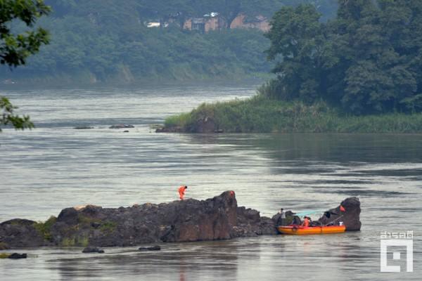 เรือยนต์เล็กและเจ้าหน้าที่จีนกระจายตัวสำรวจ ขุดเจาะ และเก็บก้อนหินในแม่น้ำโขงช่วงเดือนพฤษภาคม ๒๕๖๐ (ภาพ : ฐิติพันธ์ พัฒนมงคล)