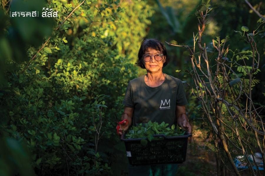 """ต้องตา ธีรรัตนศิวกุล เจ้าของ """"สวนขวัญ"""" ถือตะกร้าพืชผักสมุนไพรเก็บสดๆ จากสวน ก่อนจะล้างทำความสะอาดและแปรรูปเป็นผลิตภัณฑ์"""