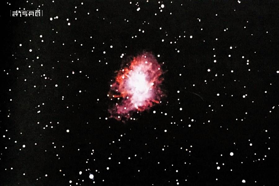 ภาพเนบิวลา M1 หรือเนบิวลารูปปู (Crab Nebula) ซึ่งที่จริงก็คือซากการระเบิดของดาวฤกษ์ดวงหนึ่ง (ซูเปอร์โนวา) ที่บันทึกไว้เมื่อปี ค.ศ.1045 มันมีขนาดเล็กมาก ต้องใช้กล้องดูดาวจึงจะเห็นได้ แต่จัดเป็นซุเปอร์โนวาที่สว่างที่สุดบนท้องฟ้า M1 อยู่ใกล้กับดาวฤกษ์สว่าง ชื่อ เซตา ทอรี (Zeta Tauri) บริเวณปลายเขาข้างขวาของวัว