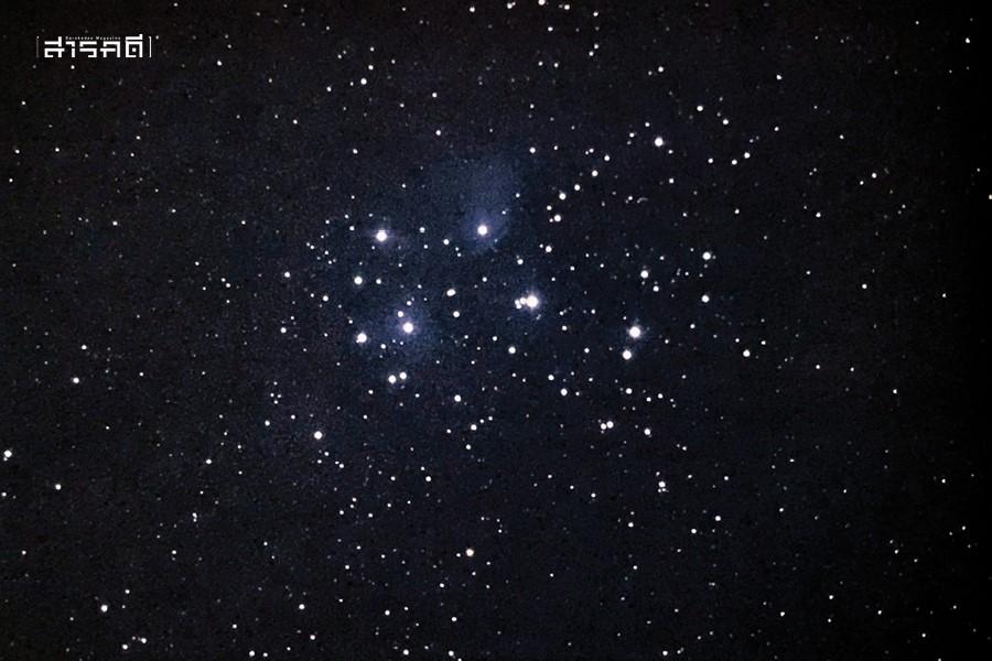ภาพกระจุกดาวลูกไก่เมื่อมองผ่านกล้องกำลังขยายต่ำ จะเห็นดาวฤกษ์สว่างมากมาย ดาวที่สว่างที่สุดเจ็ดดวงบริเวณใจกลางคือดาวที่สามารถมองเห็นได้ด้วยตาเปล่า