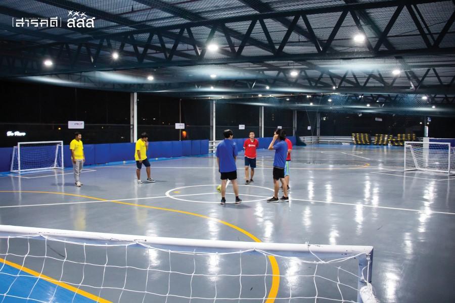 สถานที่ตั้งของสนามกีฬาไตรโกลอยู่ที่ลาดจอดรถชั้นบนสุดของห้างสรรพสินค้า เดอะ สตรีท รัชดา มีจำนวนสองสนาม ใช้ตาข่ายขนาดใหญ่กั้นแบ่งสนาม และขีดเส้นแบ่งเขตแดนซ้อนทับกับสนามฟุตซอล