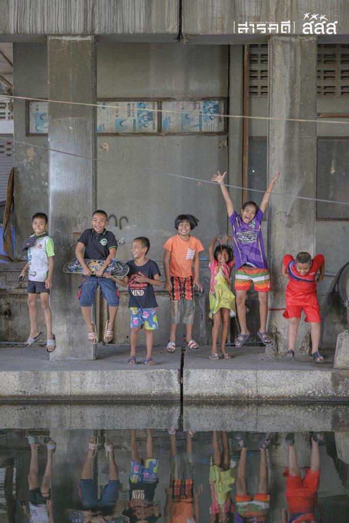 รอยยิ้มแห่งความสุขที่ใต้สะพาน เกิดจากการรวมแก๊งของเด็กๆ ย่านคลองตัน