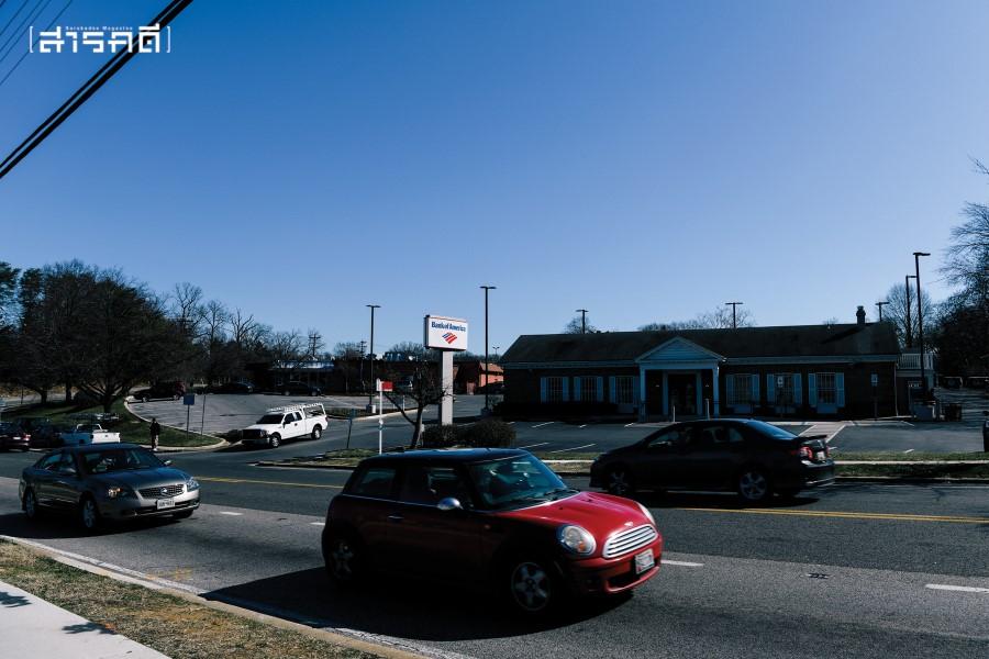 ย่านชานเมืองใกล้กับมหาวิทยาลัยแม่รี่แลนด์ ศูนย์กลางชุมชนจะมีกลุ่มร้านสะดวกซื้อตั้งรวมกันเป็นหย่อมๆ พร้อมกับธนาคารและบริการอื่นๆ