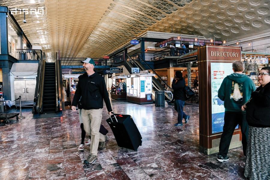 Union Station ศูนย์กลางการเดินทางด้วยรถไฟในกรุงวอชิงตันดีซี หน้าตาคล้ายหัวลำโพงแต่อัพเกรดขึ้นไปอีกสามเท่าเรื่องโครงสร้างพื้นฐาน ช่วงต้นเดือนมีนาคม การเดินทางระหว่างเมืองของคนอเมริกันยังคงหนาแน่น แต่ไม่นานหลังจากนั้นภาพนี้ก็หายไป